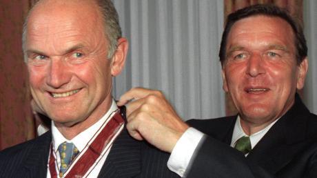 Männer, die sich mochten: Der damalige Ministerpräsident Niedersachsens, Schröder (rechts), zeichnet Piëch 1997 mit der Landesmedaille aus.