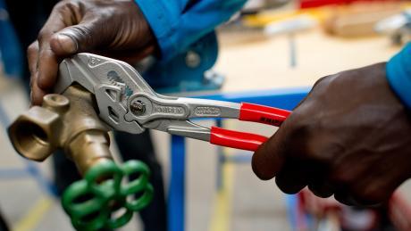 70 Prozent der Flüchtlinge, die im Freistaat eine Arbeit gefunden haben, kommen in nur fünf Branchen unter.
