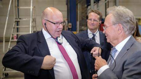 Minister Peter Altmaier (links) besucht mehrere Unternehmen – hier steht er neben Goldbeck-Gründer Ortwin Goldbeck.