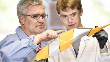 Jens Fridag (r.) ist angehender Lacklaborant. Andree Woywod, bei BASF Coatings in Münster für die Ausbildung zuständig, unterstützt ihn bei der Auswertung einer Haftungsprüfung.