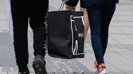 Kein Muss:Die meisten Verbraucher würden auf Shopping-Ausflüge verzichten, wenn sie im Monat weniger Geld zur Verfügung hätten. Foto:Peter Kneffel/dpa/dpa-tmn