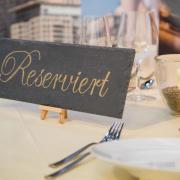 Wer eine Tisch-Reservierung ohne Absage platzen lässt, muss unter Umständen eine Kompensation an das Restaurant zahlen. Foto: Christin Klose/dpa-tmn