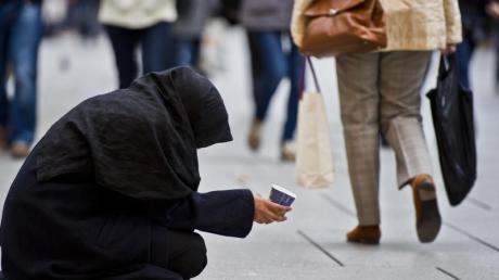 Eine Frau bittet auf der Einkaufsmeile Zeil um Almosen. Foto: Nicolas Armer/dpa