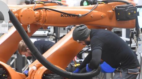 Kuka spürt vor allem die Krise in der Autoindustrie. Der Augsburger Roboter- und Anlagenbauer ließ mit drei Gewinnwarnungen aufhorchen. Und immer wieder werden Arbeitsplätze abgebaut.