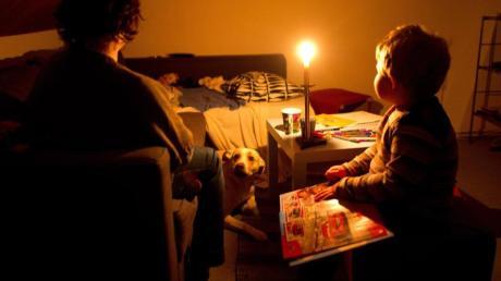 Jedes Jahr wird Tausenden Menschen in Deutschland wegen ausstehender Zahlungen der Strom abgestellt. Jedoch müssen Netzbetreiber eine Sperrung vier Wochen vorher ankündigen.
