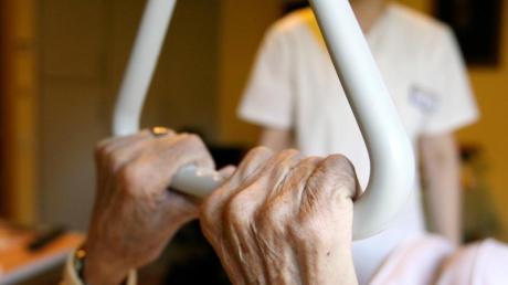 Gut 60 ambulante Pflegedienste gibt es in der Stadt, acht davon sollen nach Erkenntnissen der Augsburger Kripo in einen Millionenbetrug verwickelt sein.