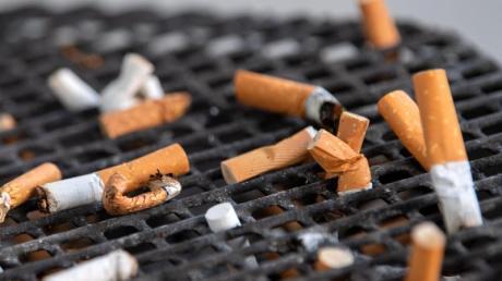 Zigarettenstummel sind weltweit das am häufigsten weggeworfene Abfallprodukt. Das ist nicht nur problematisch wegen der in den Stummeln enthaltenen Giftstoffe. Die Filter bestehen zudem zum Großteil aus dem nur schwer abbaubaren Kunststoff Celluloseacetat. Foto: Monika Skolimowska/zb/dpa