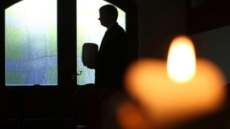 Trauernden kann es helfen, nicht alles alleine entscheiden zu müssen. In einer Bestattungsverfügung kann jeder seine Wünsche für Beerdigung und Trauerfeier festhalten. Foto: Sebastian Willnow/dpa-tmn