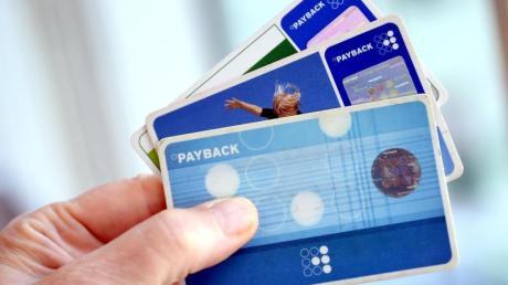 Bei Bonusprogrammen wie Payback kann es sich lohnen, die Punkte beim Einkauf verrechnen zu lassen, statt sie in den Prämienshops einzulösen. Foto: Britta Pedersen/dpa-Zentralbild/dpa-tmn