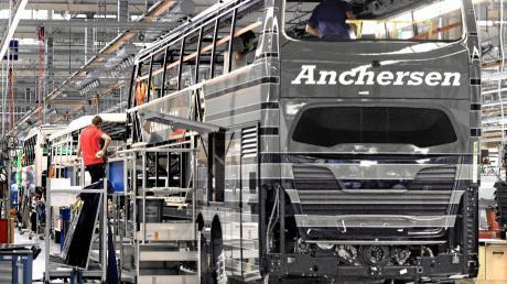 Station für Station werden im Daimler-Werk in Neu-Ulm Busse gefertigt. In so einem Fahrzeug steckt jede Menge Handarbeit.