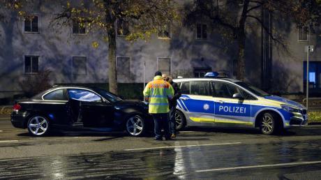Im Auto des Rasers (links) hatten sich Airbags ausgelöst, wodurch der 34-Jährige nach Angaben der Ermittler kaum noch etwas sehen konnte bei seiner Todesfahrt auf der Fürstenrieder Straße in München.