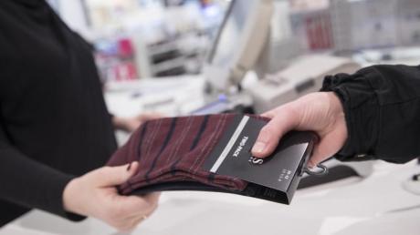 Beim Einkaufen können Kunden nach einem Rabatt fragen. Im Einzelhandel sind die Preise aber oft knapp kalkuliert.