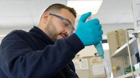 Anhand von Laborergebnissen kann David Uweis, angehende Fachkraft für Abwassertechnik entscheiden, was der Bakterienmix in der Kläranlage braucht.