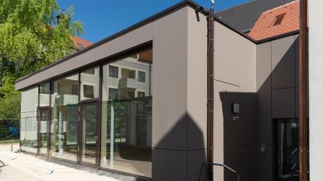 Der moderne Anbau lässt dank der Glasfront viel Licht ins Beichtvaterhaus.