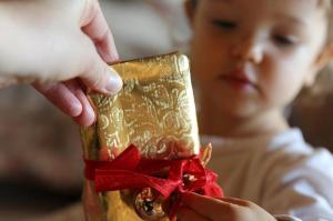 Was sich wohl unter dem Geschenkpapier verbirgt? Es gibt wohl keinen spannenderen Moment als das Auspacken.