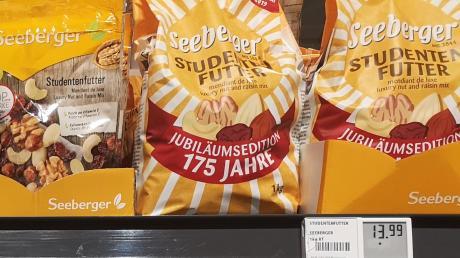 Eines der bekanntesten Produkte aus dem Hause Seeberger in der Jubiläumstüte: die Nuss-Rosinen-Mischung namens Studentenfutter.