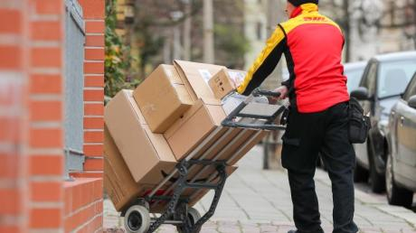 Die Deutsche Post DHL erhöht zum 1. Januar die Preise für Inlandssendungen im Schnitt um drei Prozent. Der Prozentwert der Preissteigerung ist mengengewichtet.
