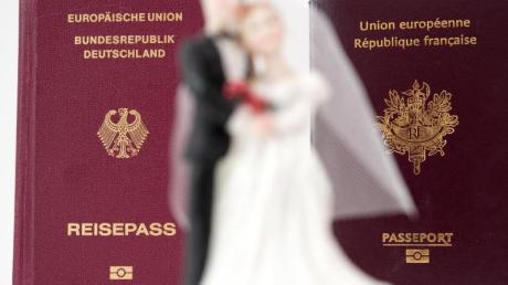 Im Alltag mag es kaum zu merken sein - aber bei der Hochzeit spielt es eine Rolle, wenn Paare unterschiedliche Staatsangehörigkeiten haben.