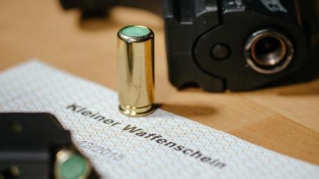 Inhaber eines Kleinen Waffenscheins dürfen Schreckschusspistolen auch außerhalb der eigenen Wohnung oder einer Schießstätte tragen.