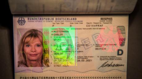 Dermoderne Pass ist mit zahlreichen Sicherheitsmerkmalen ausgerüstet. Passbilder sollen bald nur noch im Amt gemacht werden dürfen.