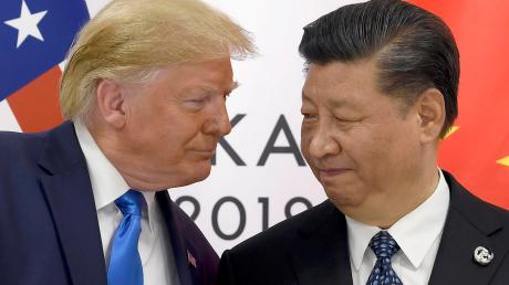 Vor der Unterzeichnung des Handelsdeals zwischen den USA und China stehen die Zeichen auf Deeskalation. Präsident Donald Trump (links) geht auf den chinesischen Präsidenten Xi Jinping zu. Unser Foto entstand bereits im vergangen Jahr am Rande des G-20-Gipfels.
