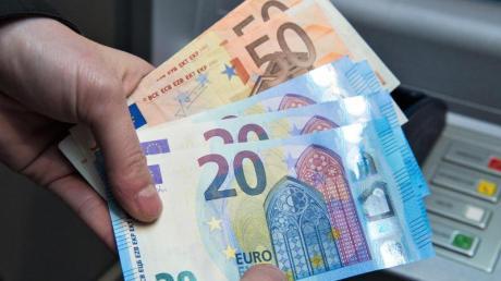 Manch einer will amAutomat keinGeld abheben, sondern einzahlen - für Kunden vonDirektbanken ist das nicht immer ganz einfach.