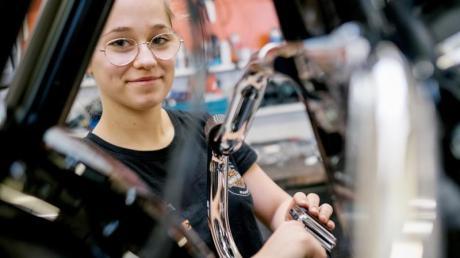 Schrauben, tüfteln, werkeln: Maja Vukojevic kümmert sich als Auszubildende zur Zweiradmechatronikerin schwerpunktmäßig um Motorräder.