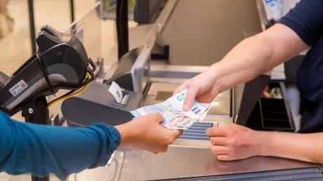 Künftig soll man an der Kasse des Supermarkts des Förderungswerks in Dürrlauingen Bargeld abheben können.
