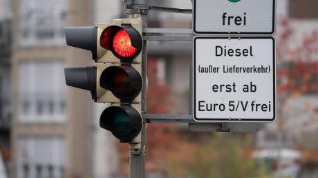 In Stuttgart ist das gesamte Stadtgebiet seit etwa einem Jahr für ältere Dieselfahrzeuge gesperrt. Das hat schon zu einer messbaren Verbesserung der Luftqualität geführt.