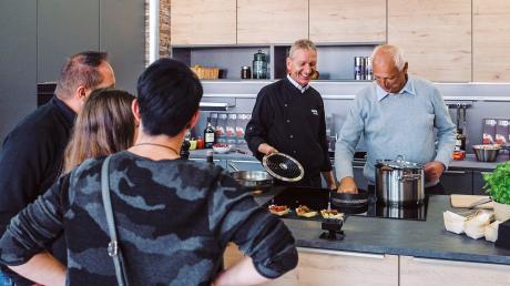 Dass auch innovative Küchentechnik ein wichtiger Bestandteil beim Energiesparen ist, wird auf dem Stand der Schreinerei Pettmesser beim Show Cooking deutlich.
