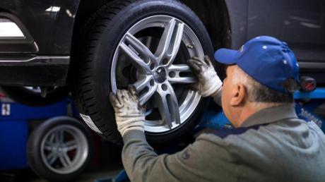 Ein Kfz-Meister kann auch als angestellter Arbeitnehmer gelten, wenn er bei der Arbeit für einen Autoservicebetrieb sein eigenes Werkzeug verwendet.