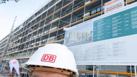 Die Deutsche Bahn will in Zukunft ihren Mitarbeitern in München günstigen Wohnraum anbieten. Dafür lässt sie 74 Werkwohnungen bauen.