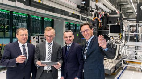 Deckel Maho stellen Dreh- und Fräsmaschinen her. Im Bild die Geschäftsführer Alfred Geißler, Reinhard Musch, Michael Horn (DMG Mori) und Geschäftsführer Cornelius Nöß (von links).