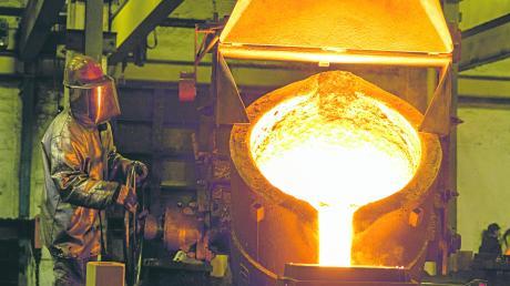 Auf bis zu 1450 Grad wird das Roheisen in den Elektroöfen der Kemptener Eisengießerei erhitzt. Das einzige Unternehmen seiner Art im Allgäu hat sich zum gefragten Zulieferer für zahlreiche Branchen entwickelt.