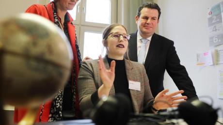 Hubertus Heil (r) und Anja Karliczek besuchen die Zentrale Servicestelle Berufsanerkennung bei der Zentralen Auslands- und Fachvermittlung (ZAV). Mitarbeiterin Jana Braun (m) erzählt über ihre Arbeit.