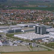 Ein Blick von Süden auf die Unterallgäuer Kreisstadt Mindelheim: Das Maschinenbauunternehmen Grob dominiert mit der Konzernzentrale und den Werkhallen das Bild.