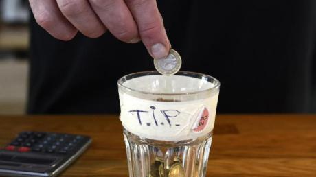 Trinkgeld steht den Mitarbeitern zu. Arbeitgeber dürfen es ihnen nicht vorenthalten.