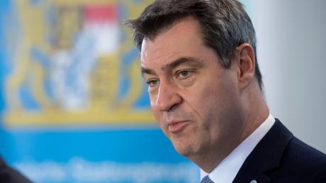 Das Coronavirus legt Bayern lahm. Ministerpräsident Söder will den Katastrophenfall ausrufen. Er informiert bei einer Pressekonferenz mit Innenminister Herrmann und Wirtschaftsminister Aiwanger.