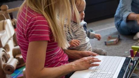 Kinderbetreuung und Beruf unter einen Hut zu bringen, ist nicht einfach - und in Corona-Zeiten erst recht eine Herausforderung für Eltern.