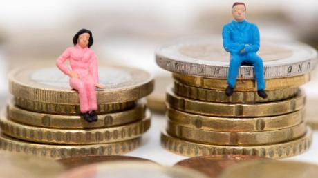 Auf dem deutschen Arbeitsmarkt verdienen Frauen weiterhin deutlich weniger Geld als Männer.