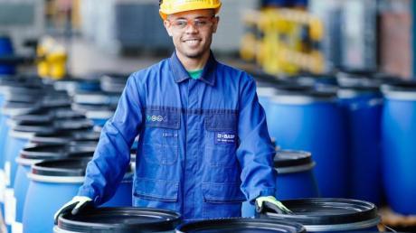 Chemikanten steuern und überwachen im Schichtbetrieb Maschinen und Anlagen, die chemische Erzeugnisse herstellen, abfüllen und verpacken.