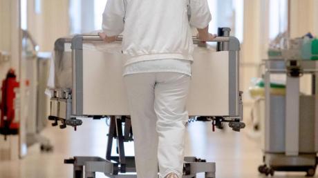 Angelernte Kräfte im Krankenhaus kommen ohne Sonderzahlungen auf 2763 Euro brutto im Monat.