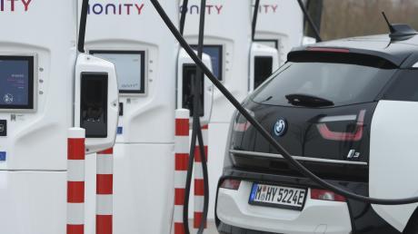 Der von deutschen Autobauern gegründete Ladenetzbetreiber Ionity schreckt Kunden anderer Marken mit extrem hohen Ladepreisen ab, obwohl er kräftig Staatssubventionen kassiert.