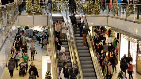 Ein Bild aus guten Tagen: Vor Weihnachten ist die City-Galerie in Augsburg voller Menschen. Jetzt geht es in Corona-Zeiten um die Mietzahlungen.
