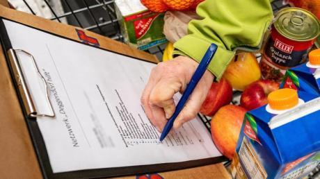 Wer in der Not helfen will, kann zum Beispiel Helfer für Senioren und Kranke Lebensmittel besorgen.
