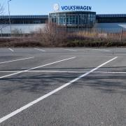 Gähnende Leere: Auf dem Werksparkplatz von Volkswagen in Chemnitz steht nicht ein Auto. Die Bänder stehen still – mindestens bis 19. April.