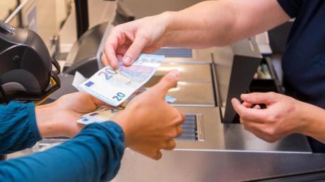 Im Supermarkt schnell noch Geld abheben - das ist mittlerweile in vielen Läden bequem möglich.