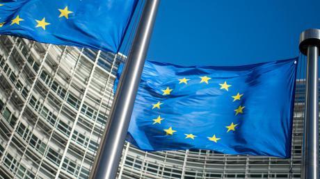 Vor dem Corona-Krisengipfel ist die Lage gespannt. Der Euro-Mitbegründer und CSU-Ehrenvorsitzende, Theo Waigel, fordert, der EU mit eigenen Steuern neue Finanzmittel zugänglich zu machen.
