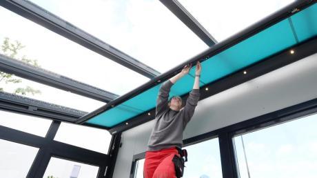 Ein Mann arbeitet mit Kollegen an einem einen Wintergarten in Eurasburg. Die dafür benötigten Glasplatten werden ihm zum Verhängnis. (Symbolbild)