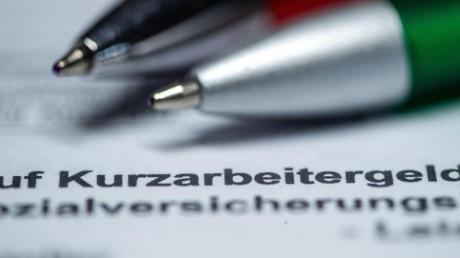 Der Bundestag hat Änderungen beim Kurzarbeitergeld beschlossen: Künftig sollen es ab dem vierten Monat des Bezugs 70 Prozent oder 77 Prozent für Menschen mit Kindern sein - ab dem siebten Monat 80 Prozent oder 87 Prozent.